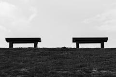 Dois benchs em um parque imagem de stock