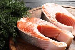 Dois bifes salmon crus frescos foto de stock