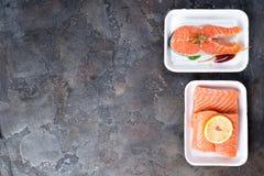 Dois bifes salmon crus frescos estão colocando na bandeja branca do alimento feita da espuma de poliestireno fotografia de stock royalty free