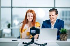 Dois bloggers video que mostram os polegares acima e o sorriso foto de stock