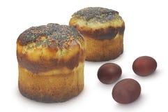 Dois bolos da Páscoa e três ovos isolados no fundo branco Imagem de Stock Royalty Free