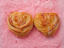 Dois bolos dados forma coração Imagens de Stock Royalty Free