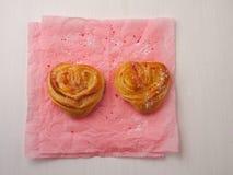 Dois bolos dados forma coração Fotos de Stock Royalty Free