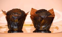 Dois bolos de chocolate em um prato do espelho Fotos de Stock