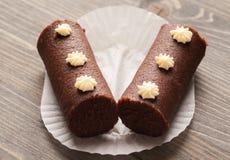 Dois bolos marrons do biscoito em um papel decorativo branco Fotos de Stock