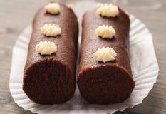 Dois bolos marrons do biscoito em um papel decorativo branco Fotografia de Stock