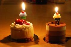 Dois bolos pequenos com velas Fotografia de Stock