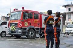 Dois bombeiros da senhora que estão pelo carro de bombeiros do casamento imagem de stock royalty free