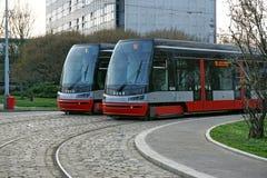 Dois bondes na paralela cobbled trilhas em Praga, república checa Fotografia de Stock