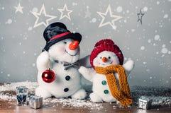 Dois bonecos de neve de sorriso na neve, nenhum brinquedo do nome Foto de Stock