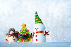 Dois bonecos de neve que estão na neve Imagens de Stock Royalty Free