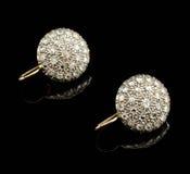 Dois brincos dourados com diamantes Foto de Stock Royalty Free