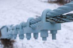 Dois cabos entrançados de aço conectados por correias fracas fotos de stock royalty free