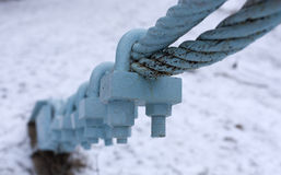 Dois cabos entrançados de aço conectados por correias fracas fotografia de stock