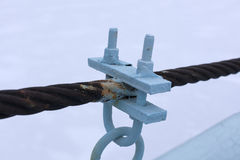 Dois cabos entrançados de aço conectados por correias fracas Imagem de Stock