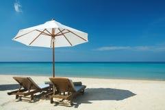 dois cadeiras & guarda-chuvas Fotos de Stock