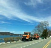 Dois caminhões basculantes pelo lago Fotos de Stock