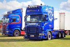 Dois caminhões da mostra de Scania do azul Fotografia de Stock Royalty Free