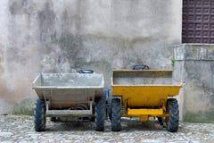 Dois caminhões de descarregador dos construtores de lado a lado Imagens de Stock Royalty Free