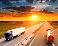 Dois caminhões no borrão de movimento na estrada Foto de Stock