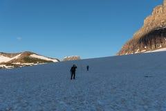 Dois caminhantes em uma neve Logan Pass fotos de stock royalty free