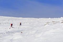 Dois caminhantes na paisagem ártica Imagens de Stock Royalty Free