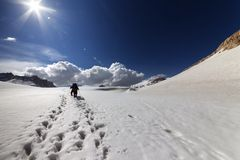 Dois caminhantes no platô da neve. Imagens de Stock