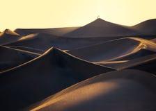 Dois caminhantes sobre a duna a mais alta no por do sol fotografia de stock royalty free