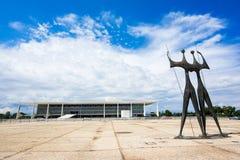 Dois Candangos monument och Planalto slott i Brasilia, Brasilien Arkivfoton