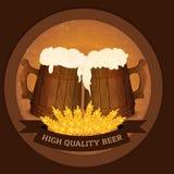 Dois canecas e trigos de madeira de cerveja no estilo do vintage - conceito de alta qualidade da cerveja Imagem de Stock