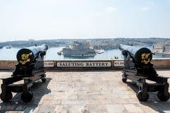 Dois canhões na bateria de saudação no castelo de Valletta, Malta Foto de Stock