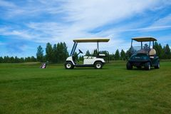 Dois carrinhos de golfe no curso do golfe Imagens de Stock Royalty Free