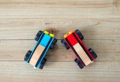 Dois carros de corridas do brinquedo em um fundo de madeira visto de cima de fotos de stock