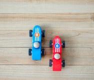 Dois carros de corridas do brinquedo em um fundo de madeira visto de cima de imagem de stock royalty free