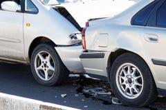Dois carros em um acidente de trânsito na rua Fotografia de Stock