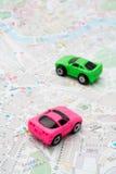 Dois carros no mapa imagem de stock