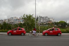 Dois carros vermelhos do táxi na estrada Imagens de Stock Royalty Free