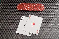 Dois cartões com as microplaquetas de pôquer vermelhas Fotos de Stock Royalty Free