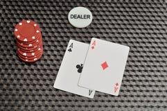 Dois cartões com as microplaquetas de pôquer vermelhas e o negociante lascam-se Fotografia de Stock
