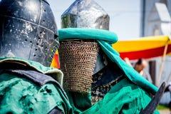 Dois cavaleiros em uma armadura do combate antes do close-up_ da batalha imagens de stock royalty free