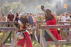 Dois cavaleiros estão lutando no festival de Tustan em Urych, Ucrânia, imagem de stock royalty free