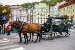 Dois cavalos aproveitarados ao carro Fotos de Stock Royalty Free