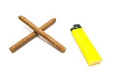 Dois charutos e isqueiro amarelo Imagem de Stock