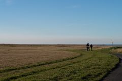 Dois ciclistas no trajeto litoral de Margate a Broadstairs, Kent imagens de stock royalty free