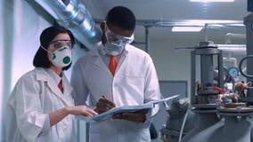 Dois cientistas com o bloco de notas Foto de Stock Royalty Free