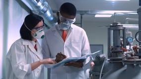 Dois cientistas com o bloco de notas Fotografia de Stock