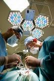 Dois cirurgiões na sala de operações que faz a cirurgia plástica Foto de Stock Royalty Free