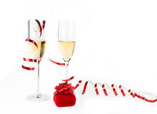 Dois cálices do champanhe com a caixa do joalheiro no branco Imagens de Stock Royalty Free