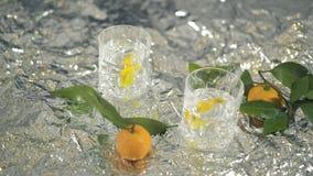 Dois cocktail com limão e mandarino na tabela com folha piscar video estoque