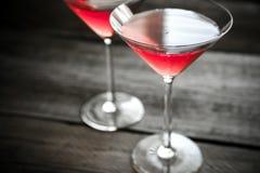 Dois cocktail cosmopolitas no fundo de madeira Fotos de Stock Royalty Free